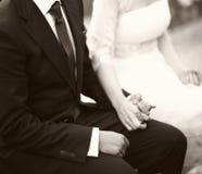 Hände der Braut und des Bräutigams in der Hochzeitstrauung Lizenzfreie Stockfotos