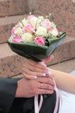 Hände der Braut und des Bräutigams mit Ringen Lizenzfreie Stockbilder