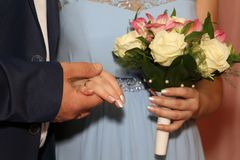 Hände der Braut und des Bräutigams zusammen an einem Hochzeitstag stockbild