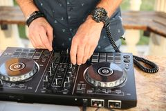 Hände der DJ-Mischungsmusik lizenzfreie stockfotografie