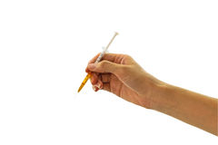 Hände der füllenden Spritze der Frau und des gelben Wassers, das Droge auf weißem Hintergrund ähnlich ist Speichern Sie mit Besch Stockfoto