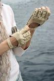 Hände der Frau in den Handschuhen Lizenzfreies Stockfoto