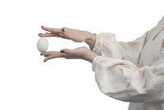Hände der Frau, die das Ei anhalten Lizenzfreie Stockfotos