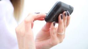 Hände der Frau, die Handy Smartphone im Freien verwendet stock video