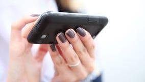 Hände der Frau, die Handy Smartphone verwendet Volles HD mit motorisiertem Schieber 1080p stock video