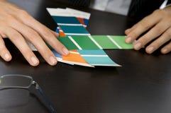 Hände der Frau, die Muster auswählen Lizenzfreie Stockfotografie