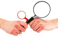Hände der Frau hält zwei Vergrößerungsgläser an Lizenzfreies Stockbild