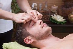 Hände der Frau Massage machend stockfotos