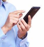 Hände der Frau mit einem Smartphone. Stockfotografie