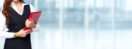 Hände der Frau mit rotem Ordner Lizenzfreies Stockfoto