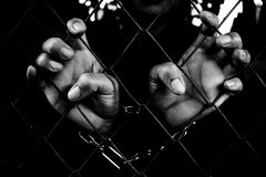 Hände der Gefangenen Stockbild