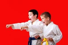 Hände der geraden Durchschläge in der Leistung von Athleten in einem Kimono stockfoto