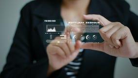 Hände der Geschäftsfrau, die Schirmhologrammtechnologie einsetzen und der Benutzerschnittstelle für Geschäft analytict Konzept fü stock footage