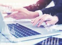 Hände der Geschäftsfrauen s, Laptop getont Lizenzfreie Stockfotos