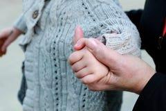 Hände der Großmutter und des Enkelkindes Stockfotografie