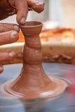 Hände der Herstellung des Tongefäßes Stockfotos