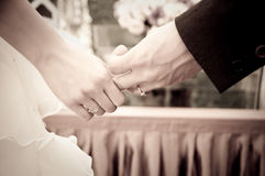 Hände der Hochzeitsbraut und -bräutigams Stockfoto