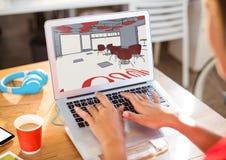 Hände der jungen Frau mit Laptop mit Büro zeichnet Stockfoto