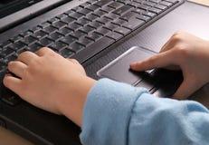 Hände der Kinder auf der Tastatur stockfotografie