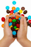 Hände der Kinder, die Farbenkaramel anhalten Lizenzfreies Stockbild