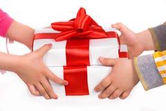 Hände der Kinder mit Geschenkkästen lizenzfreies stockbild