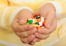 Hände der Kinder mit Tabletten Stockfoto