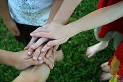 Hände der Kinder oben auf einander Stockfotografie