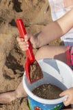 Hände der kleinen Mädchen lizenzfreie stockfotos