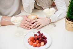 Hände der Liebe. Eiscreme. Stockbilder