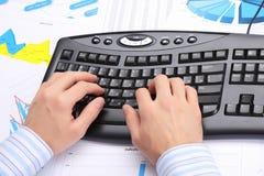 Hände der Männer auf der Tastatur Lizenzfreie Stockbilder