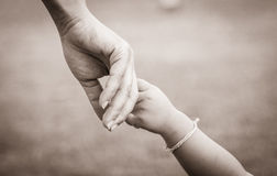 Hände der Mutter und des Kindes Stockbild