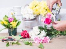 Hände der Person Blumen halten Stockfoto