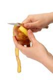 Hände der schönen Frauen die abgezogenen säubern Kartoffeln Lizenzfreie Stockfotos