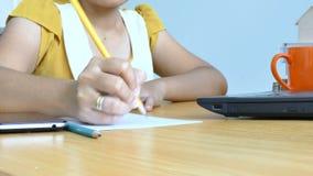 Hände der Schreibenlaptop-computers und des Gebrauches der Frau zeichnen Schreiben auf Papiermetapher online und Geschäftsmarketi stock footage