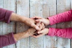 Hände der unerkennbaren Großmutter und ihrer Enkelin lizenzfreie stockfotos