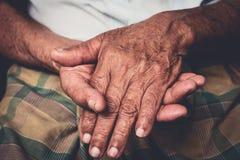 Hände des älteren Mannes lizenzfreies stockfoto