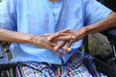 Hände des älteren Mannes sitzend auf Bank im Haus lizenzfreies stockbild