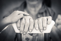 Hände des älteren und Jugendlichen, die Krücke halten Lizenzfreie Stockfotografie