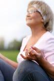 Hände des übenden Yoga der reifen Frau Lizenzfreies Stockfoto