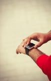 Hände des afrikanischen Mannes unter Verwendung der intelligenten Armbanduhr lizenzfreie stockbilder