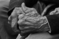 Hände des alten Mannes des Gebets Lizenzfreie Stockfotos