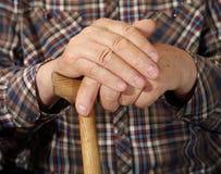 Hände des alten Mannes mit Stock Stockbilder