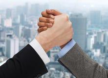 Hände des Armdrücken mit zwei Leuten Lizenzfreies Stockbild