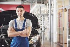 Hände des Automechanikers mit Schlüssel in der Garage Stockbilder