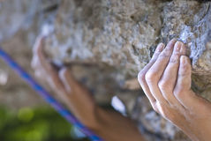 Hände des Bergsteigers Stockfotografie