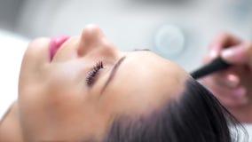 Hände des Berufskosmetikers microdermabrasion Schönheitsverfahren mit moderner Ausrüstung machend stock video footage