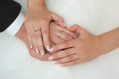 Hände des Bräutigams und der Braut Lizenzfreies Stockbild