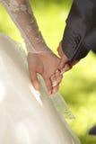 Hände des Bräutigams und der Braut Stockfotografie