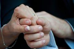 Hände des Bräutigams und der Braut Stockbilder