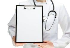 Hände des Doktors, die Klemmbrett mit Papier anhalten lizenzfreie stockfotografie